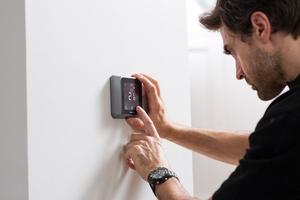 """<div class=""""bildtext_1"""">Die Produkte von Resideo werden kontinuierlich weiterentwickelt. Der smarte Thermostat T6 sorgt heute automatisch für die Regelung der Temperatur.</div>"""