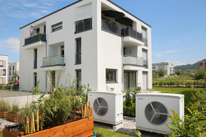 """<div class=""""bildtext_1"""">Die tecalor Luft-Wasser-Wärmepumpen """"TTL"""" wurden in unmittelbarer Nähe zu den Gebäuden installiert. Der Einbau als Kaskade ermöglicht es, auch hohe Leistungsbereiche abzudecken.</div>"""