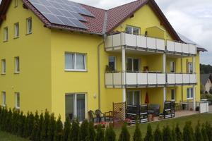 """<div class=""""bildtext_1"""">Das barrierefreie Mehrfamilienhaus in Bischofswerda wird mittels moderner Fußbodenheizung und Sole/Wasser Wärmepumpe beheizt. </div>"""