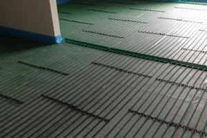 """<div class=""""bildtext_1"""">Die Fußbodenheizung sorgt für einen gleichmäßigen Wärmeaustausch und somit angenehme Wärme.</div>"""