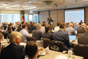 """<div class=""""bildtext_1"""">Volle Agenda, großes Interesse: Das umfangreiche Dienstleistungsprogramm der ARGE bringt in- und extern ein hohes Arbeitspensum mit zahlreichen gleichwertigen Kernthemen mit sich. Dieses Resümee zieht die branchengrößte Industriegemeinschaft aus ihrer Mitgliederversammlung Mitte Mai 2019 in Düsseldorf mit rund 120 Teilnehmern.</div>"""