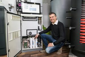 """<div class=""""bildtext_1"""">Guido Schaefer ist seit 2015 Fachhandwerkspartner von Solidpower und hat auch in seinem Ausstellungsraum einen """"Bluegen"""" installiert. </div>"""
