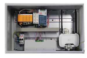 """<div class=""""bildtext_1"""">Der zentrale Schaltschrank des """"EVC""""-Systems: Hier laufen die Signale der Zonen-Hubs und der Lüftungsgeräte zusammen. Die Verbindungen werden wiederum mit steckerfertigen Leitungen hergestellt. Ein integrierter WiFi-Router ermöglicht den Fernzugriff. </div>"""