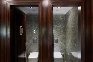 "<div class=""bildtext_1"">Fabien Coubard, der Projektmanager des Hotels Le Meurice, entschied sich bewusst für das Hightech-Dusch-WC von Toto.</div>"