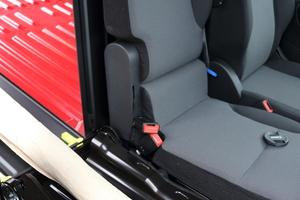 """<div class=""""bildtext_1"""">Bei der sogenannten Extenso-Kabine lässt sich der äußere Beifahrersitz umklappen und eine Durchlademöglichkeit in der Trennwand öffnen. </div>"""