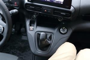 """<div class=""""bildtext_1"""">Die Schaltkonsole schränkt die Beinfreiheit des mittleren Beifahrers arg ein und zwingt in eine unbequeme und beengte Sitzhaltung. </div>"""