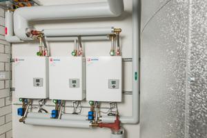 """<div class=""""bildtext_1"""">Als 3er-Kaskade kombiniert die Frischwarmwasserstation """"TacoTherm Fresh Peta X"""" die Leistungen der Einzelstationen, sodass insgesamt maximal 13.900 l/h Trinkwarmwasser zu 28 °C bei einer Primärtemperatur von 50 °C zur Verfügung stehen. </div>"""