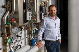 """<div class=""""bildtext_1"""">Swissshrimp-Geschäftsführer Rafael Waber ist sehr zufrieden mit der Technik, die für optimale Wassertemperaturen sorgt. Seit der Inbetriebnahme der Anlage im Jahr 2018 laufen die Taconova Frischwarmwasserstationen störungsfrei.</div>"""