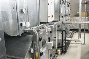 """<div class=""""bildtext_1"""">Der Blick in den neuen Technikraum. Die Zulufttemperatur liegt vor dem Einblasen in das Wickelfalzrohr zur Klimatisierung der Trainingshalle bei 15 °C.</div>"""