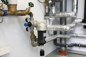 """<div class=""""bildtext_1"""">Die """"permaster black"""" Filter-Druckminderer-Kombination schützt die Trinkwasserinstallation vor eingeschwemmten Schmutzpartikeln und kann Druckschwankungen aus dem Versorgungsnetz ausgleichen. Die getönte Filtertasse bietet zudem Lichtschutz gegen Algenbildung.</div>"""