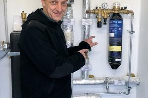 """<div class=""""bildtext_1"""">Um die Heizungswasserqualität bei Radwelt Bonnet dauerhaft zu sichern, empfahl Michael Müller von der Ulltech AG den Einbau einer Nachspeisestation vom Typ """"PT-PS 4000 FI"""".</div>"""