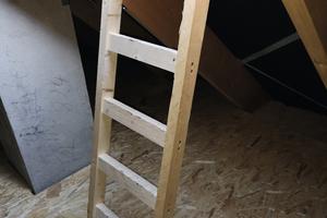 """<div class=""""bildtext_1"""">Eine bestimmt gut gemeinte, aus Dachlatten selbst gebaute aber nicht zugelassene Ausstiegsleiter.</div>"""