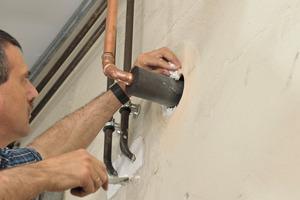 """<div class=""""bildtext_1"""">Der fachgerechte Verschluss des Ringspalts mit einem geeigneten Baustoff ist Bestandteil des Rohrabschottungssystems. Gemäß abP kann hierzu auch die gebrauchsfertige Armaprotect 1000 Brandschutzpaste verwendet werden. </div>"""
