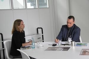 """<div class=""""bildtext_1"""">Im Interview: (v.l.) Johanna Bitter, Produktmanagerin bei Hewi und SHK Profi-Redakteur Sascha Brakmüller</div>"""