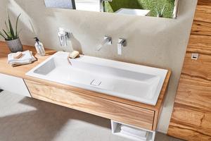 """<div class=""""bildtext_1"""">Natürliche Materialien wie Holz, Glas oder Stahl-Email sorgen für eine besondere Atmosphäre im Fitnessbad. Abgebildetes Produkt: Kaldewei Waschtisch """"Cono"""".</div>"""