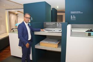 """<div class=""""bildtext_1"""">Sven Rensinghoff, Mitglied der Geschäftsleitung bei Bette und verantwortlich für Marketing &amp; Produktmanagement, in der Ausstellung bei Bette in Delbrück.</div>"""