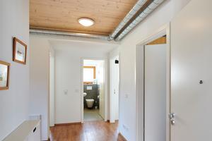 """<div class=""""bildtext_1"""">Vom Gäste-WC aus verzweigt die kontrollierte Wohnungslüftung durch den Hauptflur in die Wohn- und Nebenräume.</div>"""