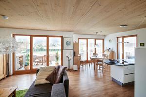 """<div class=""""bildtext_1"""">Die lediglich lasierten Holzdecken stehen in den modern ausgestatteten Wohnungen in einem reizvollen Kontrast zum Interieur, sorgen aber zugleich für eine überaus gemütliche Atmosphäre.</div>"""