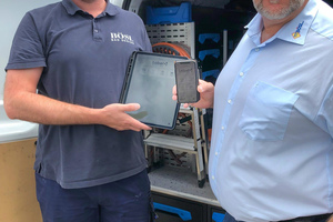 """<div class=""""bildtext_1"""">Jörg Bösl (rechts) und der Kundendienstleister Sebastian Breukers (links) mit der App """"Label Mobile"""" auf Tablet und Smartphone.</div>"""