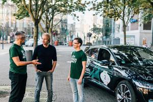 """<div class=""""Bildtext 1"""">Formel1-Legende und Dachs Besitzer Heinz-Harald Frentzen (Mitte) im Gespräch mit Guido Möller, Leiter Vertrieb, Marketing und Services bei SenerTec (l.) und Marketingleiter Alexander Bergmann. </div>"""