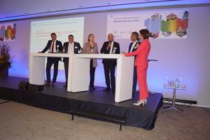 """<div class=""""Bildtext 1"""">(v.l.) Michael Hilpert (ZVSHK), Uwe Glock (BDH), Dr. Simone Peter (BEE), Jörg Debus (IWO) und Dr. Gerhard Holtmeier (bdew) sowie Moderatorin Ursula Heller.</div>"""