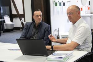 "<div class=""bildtext_1"">(v.l.) SHK Profi-Redakteur Sascha Brakmüller im Gespräch mit&nbsp; Bernd Steltner Referent des Hewi-Schulungszentrums. </div>"