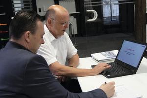 "<div class=""bildtext_1"">(v.l.) SHK Profi-Redakteur Sascha Brakmüller im Gespräch mit Bernd Steltner, Referent des Hewi-Schulungszentrums. </div>"