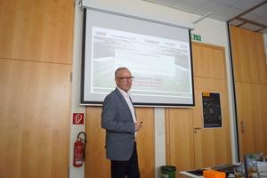 """<div class=""""bildtext_1"""">Frank Räder, Grundfos GmbH, stellte in seinem Vortrag die Möglichkeiten effizienter Pumpensysteme vor. </div>"""