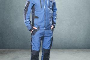"""<div class=""""bildtext_1"""">Moderner Blaumann: Workwear im Mietservice der DBL – Deutsche Berufskleider-Leasing GmbH, die Menschen in unterschiedlichsten Branchen mit Mietberufskleidung ausstattet.</div>"""