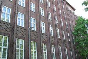 """<div class=""""bildtext_1"""">Die expressionistische Fassade des Bestand-Gebäudes aus dunkelrotem Backstein</div>"""