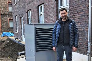 """<div class=""""bildtext_1"""">Samid Huskic vom gleichnamigen Fachbetrieb installierte eine Luft/Wasser-Wärmepumpe als Teil eines nachhaltigen Gesamtsystems in dem denkmalgeschützten Gebäude.</div>"""