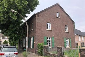 """<div class=""""bildtext_1"""">Mit einem Gesamtsystem aus Wärmepumpe, Wärmespeicher, Flächen-Heiz- und Kühlsystemen sowie Trinkwasser-Installation zieht moderne und nachhaltige Technik in ein denkmalgeschütztes Wohnhaus in Duisburg ein.</div>"""