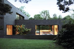 """<div class=""""bildtext_1"""">Die Natur wird durch die zurückgenommene Architektur bewusst inszeniert und so zum prägenden Element. </div>"""