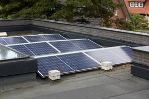 """<div class=""""bildtext_1"""">Die optimale Ausrichtung der PV-Anlage auf dem Flachdach gewährleistet eine gute Stromernte.</div>"""