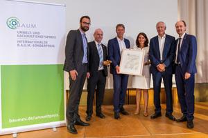 Von links nach rechts: Marco Saathoff (Portfoliomanager LichtBlick SE), Dieter Brübach (Mitglied des Vorstands B.A.U.M. e. V.), Thomas Fuhr (CEO Grohe), Rita Schwarzelühr-Sutter (Parlamentarische Staatssekretärin des Bundesministeriums für Umwelt, Naturschutz und nukleare Sicherheit), Prof. Dr. Maximilian Gege (Vorsitzender B.A.U.M. e.V.), Martin Oldeland (Mitglied des Vorstands B.A.U.M. e.V.).