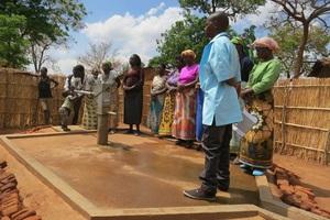 Im Rahmen eines zweiten Kompensationsprojektes unterstützt Grohe in Malawi ein Projekt, das beschädigte Brunnen instand setzt.