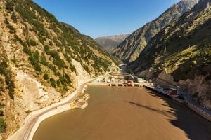Unvermeidbare CO2-Emissionen wird Grohe durch zwei Ausgleichsprojekte kompensieren. Saubere Energie dank Wasserkraft: Im nordindischen Bundesstaat Himchal Pradesh nutzt das Wasserkraftwerk die natürliche Strömung des Flusses Satluj, um Energie zu erzeugen.