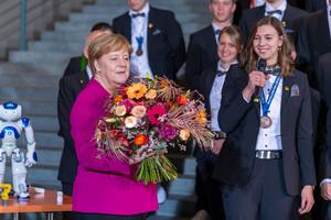 Zum Empfang der Deutschen Berufe- Nationalmannschaft nimmt Bundeskanzlerin von Ines Senft einen Blumenstrauß entgegen. Die junge Floristin wurde bei der WM der Berufe – den WorldSkills Kasan 2019 – mit einer Exzellenzmedaille ausgezeichnet.