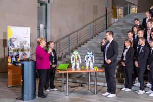 """Während des Empfangs der Deutschen Berufe- Nationalmannschaftsprach die Bundeskanzlerinmit Thomas Haag und Sophie CharlotteKeunecke über ihren Wettkampfbei der WM der Berufe – den WorldSkillsKasan 2019. Im Future Skill """"Robot Systems Integration"""" gewannen die beiden im Team die Bronzemedaille."""