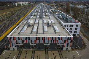 """<div class=""""bildtext_1"""">Im neuen Instandhaltungswerk der Bahn in Köln Nippes sorgen eine Wärmepumpenanlage, Solarthermie, Photovoltaik und LED-Licht für hohe Energieeffizienz. </div>"""