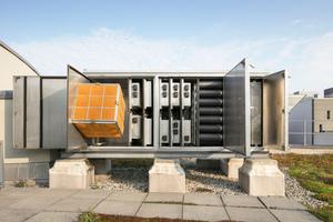 """<div class=""""bildtext_1"""">Ein zentraler Baustein der Abluftanlage befindet sich auf dem Gebäudedach: mehrere Kompakt-Abluftanlagen fanden hier ihren Arbeitsbereich.</div>"""