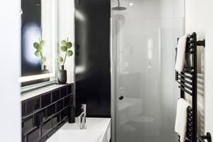 """<div class=""""bildtext_1"""">Nachhaltige Lösung: Im Duschbereich setzt das Hotel auf glasierte Titan-Stahl Duschwannen mit seitlicher Zargenaufkantung von Bette. </div>"""