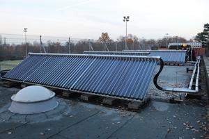 """<div class=""""bildtext_1"""">Solarthermie-Kollektoren und 3000 l fassendes Pufferspeichersystem (Bild unten), das zur Trinkwassererwärmung einer Sportanlage ausgelegt ist. Die Heizung wird bei Überschusswärme mit unterstützt. </div>"""