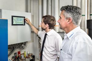 """<div class=""""bildtext_1"""">Gabriel Muschert (li.), Geschäftsführer der Springbach-Mühle, und Progas-Fachberater Marco Kneisel kontrollieren die Stromerzeugung des Blockheizkraftwerkes.</div>"""