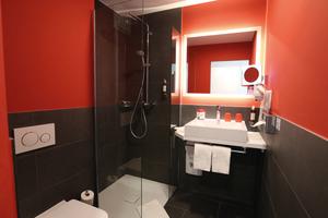 """<div class=""""bildtext_1"""">In den Badezimmern werden die Kaldewei Aufsatzwaschtische """"Cono"""" in Alpinweiß dank ihres formvollendeten Designs zu einem echten Eyecatcher.</div>"""