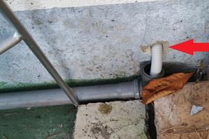 """<div class=""""bildtext_1"""">Kondensat aus einer Gas-Brennwertheizung durch die Außenwand über eine Leitung im Freien ins Erdreich</div>"""