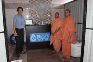 Phaesun-Ingenieur Gutzeit erklärt indischen Mönchen die RevivED Wasserentsalzungsanlage