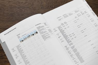 Besonders praxisorientiert: Die tabellarischen Planungshilfen machen Produktkombinationen, Zertifizierungen und Normen sowie Einsatzbereiche leicht erfassbar.