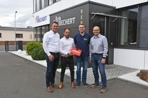 """<div class=""""bildtext_1"""">Enge Kooperation: Bechert-Geschäftsführer Erich Goldammer (rechts) und Stefan Backer (2. v. re.), verantwortlich für Fuhrpark und Werkzeug, vertrauen auf die Expertise und das Know-how von Hilti.</div>"""