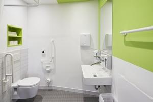 """<div class=""""bildtext_1"""">Für eine einfache und zugleich wirtschaftliche Reinigung sowie Desinfektion sorgt das spülrandlose Wand-WC """"Contour 21"""". Mit 70 cm Länge ist es zudem auch für Rollstuhlfahrer geeignet. </div>"""